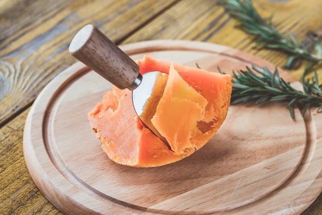 Queijo mimolette na placa de madeira