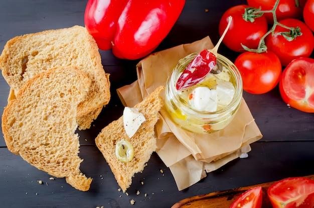 Queijo mole em conserva, pão e tomate