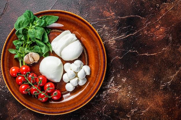 Queijo mussarela, manjericão e tomate cereja pronto para cozinhar salada caprese