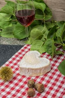 Queijo neufchatel numa toalha de mesa vermelha e branca