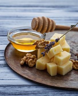 Queijo, nozes e mel
