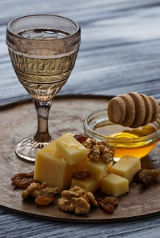 Queijo, nozes, mel e vinho branco