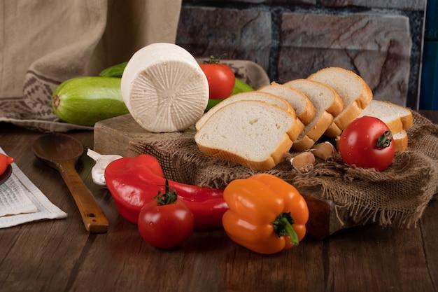 Queijo, pão e pimentão