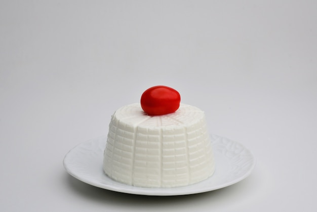 Queijo ricota com tomate cereja queijo italiano tradicional comida no prato lanche ou jantar saudável fundo branco copiar espaço close-up vista