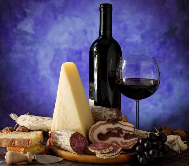 Queijo salumi e copo de vinho tinto
