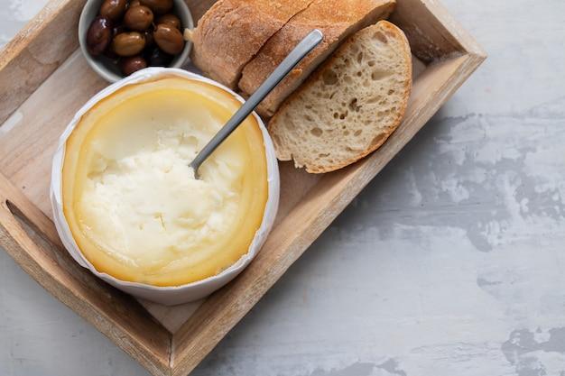 Queijo típico português com pão e azeitonas