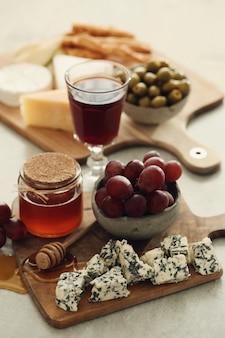 Queijo, uvas e mel