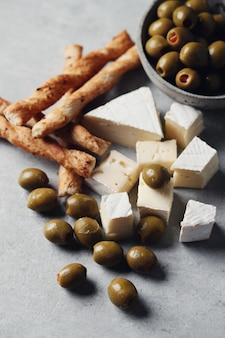 Queijos, azeitonas e palitos de queijo