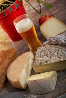 Queijos e lanches com cerveja