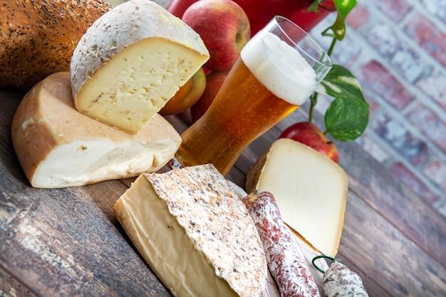Queijos e petiscos com cerveja, queijo francês savoy, francês alpes frança.
