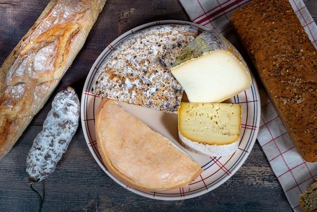 Queijos e petiscos, queijo francês savoy, francês alpes frança.