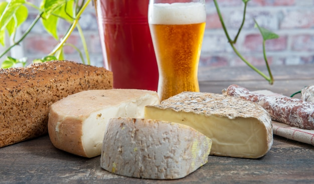 Queijos e tomme de savoie com cerveja