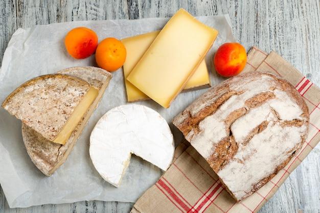 Queijos franceses diferentes com pão e damascos