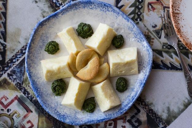 Queijos georgianos variados em um prato em um restaurante nacional de tbilisi. foto de alta qualidade