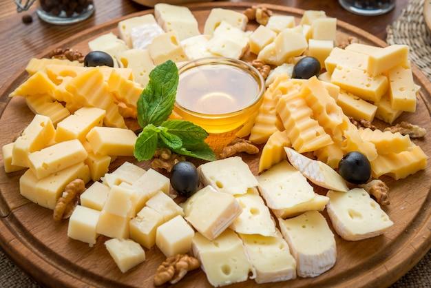 Queijos variados com mel e nozes