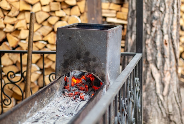 Queima de carvão em uma grelha de metal para fritar carnes e vegetais. cozinhando em uma fogueira.
