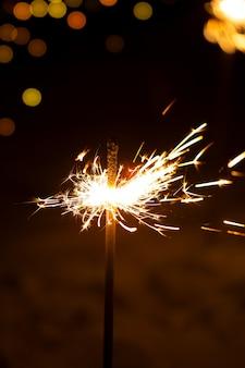 Queima de fogo de ano novo de bengala em um fundo preto
