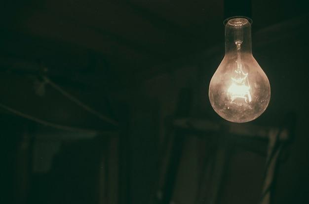 Queima de lâmpada em um velho celeiro