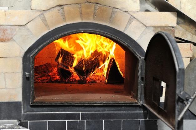 Queima de lenha em um forno de pizza