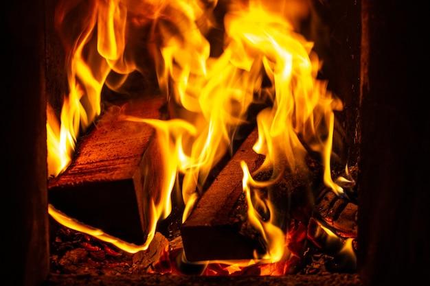 Queima de lenha na fornalha em uma casa durante o inverno.
