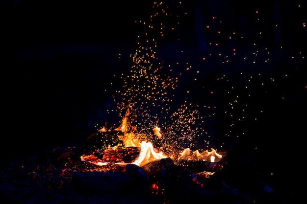 Queima de madeira à noite