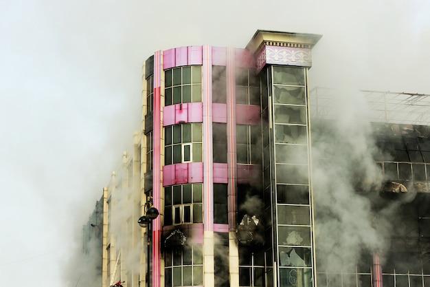 Queima de shopping center ou shopping com fumaça