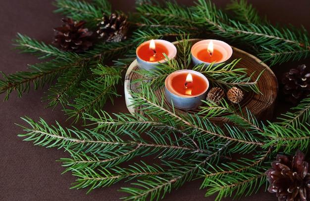 Queima de velas de natal. ornamentos decorativos.