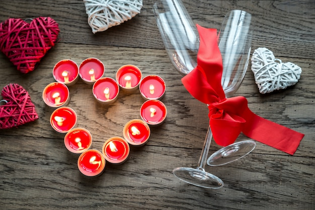 Queima de velas em forma de coração com duas flautas