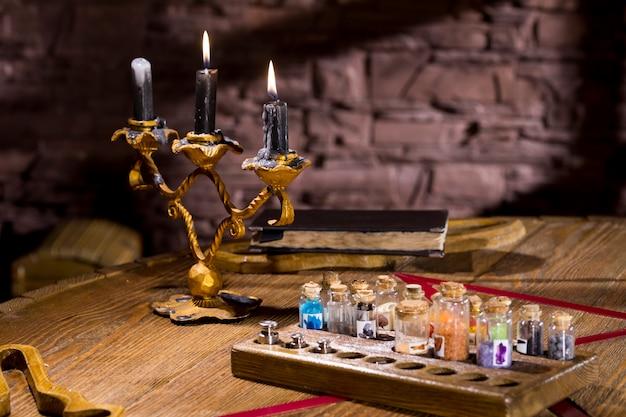 Queima de velas em um castiçal em uma mesa