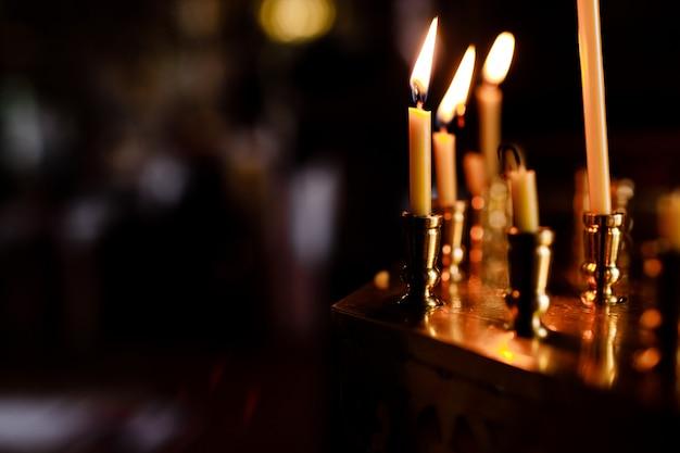 Queima de velas na igreja em fundo escuro