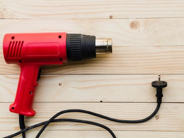 Queimador a gás vermelho na mesa de madeira