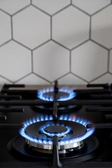 Queimador de gás no fogão de cozinha moderno preto. fogão de gás de cozinha com queima de gás propano fogo.