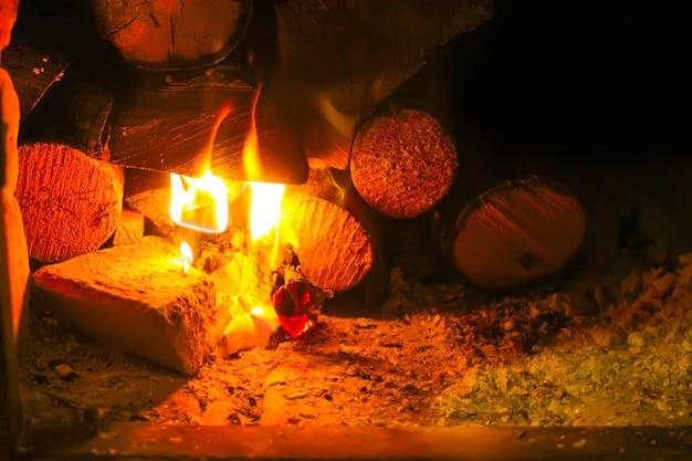 Queimando fogo em uma lareira.