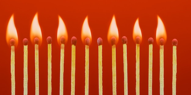 Queimando palitos de fósforo ateando fogo a seus vizinhos
