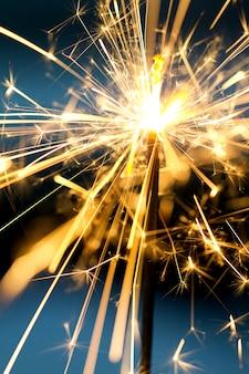 Queimando sparklers na noite