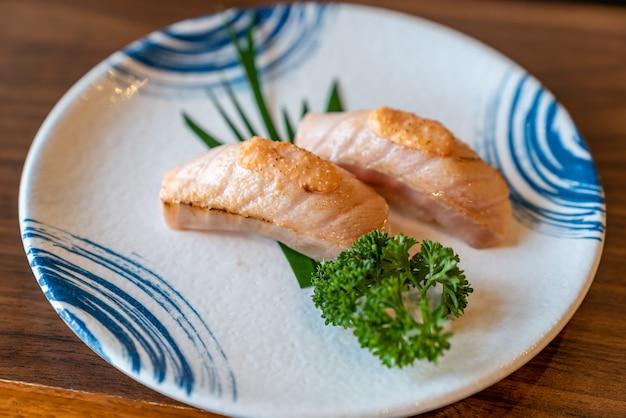 Queime sushi de salmão flamejante