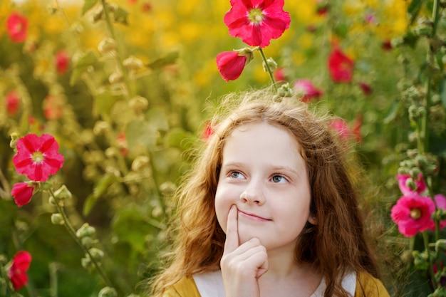 Queixo tocante da menina pensativa com a cara de pensamento da expressão.