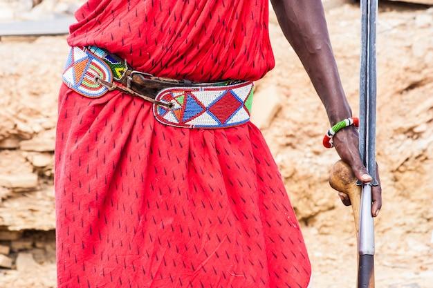 Quênia. detalhe do tradicional traje vermelho masai.
