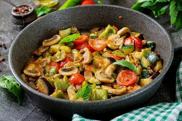Quente guisado picante berinjela, pimentão, tomate, abobrinha e cogumelos.