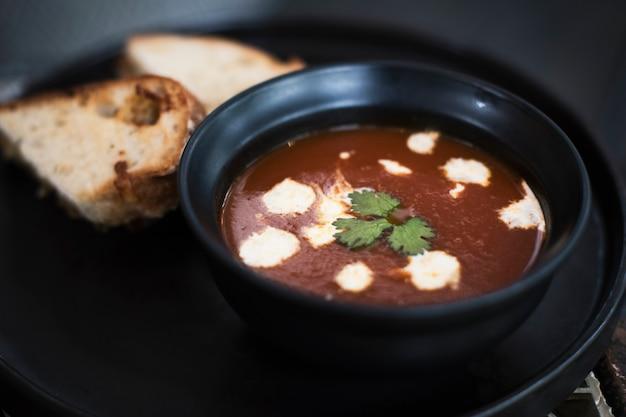 Quente tigela de sopa de tomate e pão