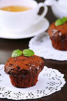Queque de chocolate gostoso na mesa
