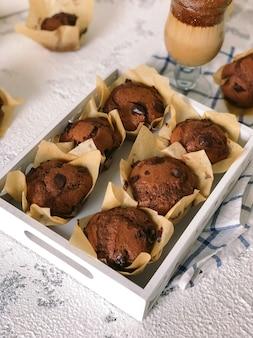 Queques de chocolate caseiros. delicioso café da manhã com café.