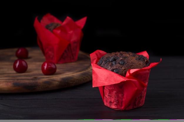 Queques de chocolate recém-assados em um fundo escuro com espaço de cópia.
