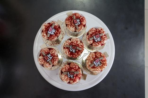 Queques de veludo vermelho com cobertura de cream cheese vista superior