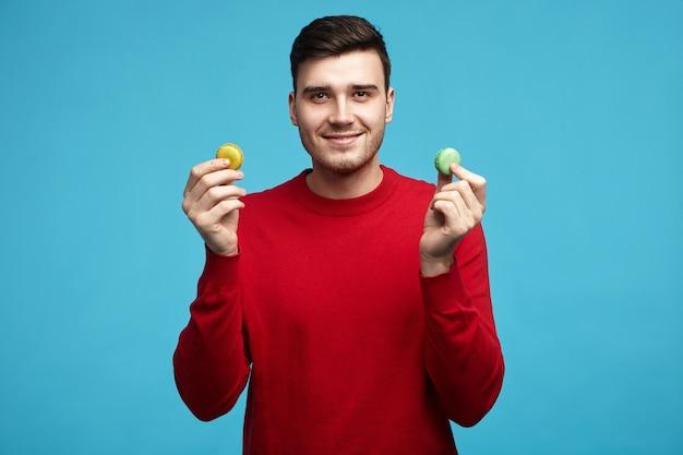 Quer um biscoito? foto de um jovem moreno europeu atraente e alegre