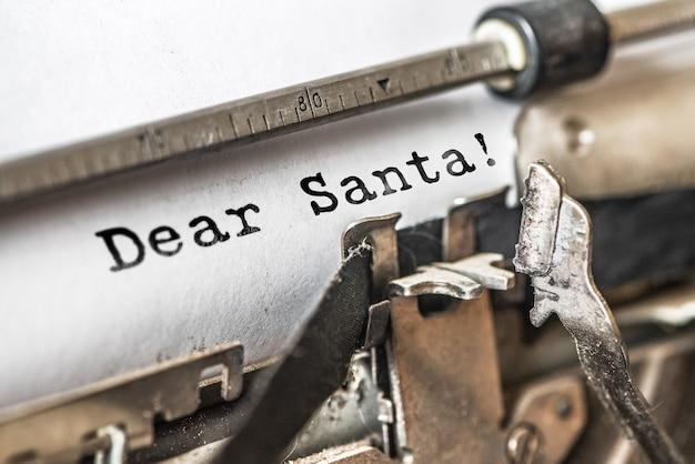 Querido papai noel digitou palavras em uma máquina de escrever vintage.