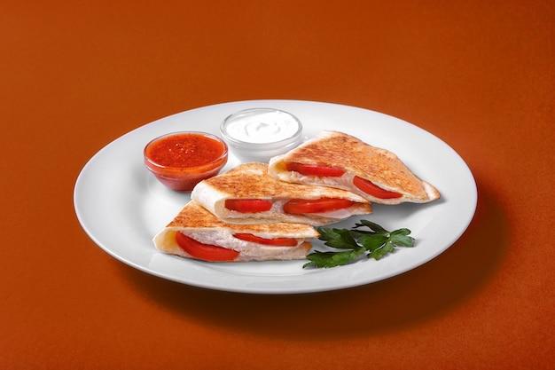 Quesadilla com frango e tomate, dois molho