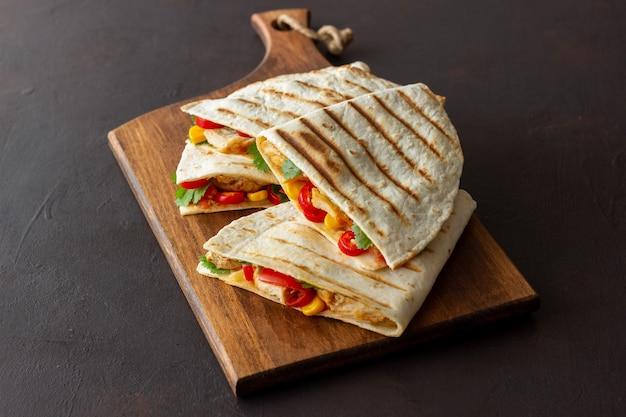 Quesadilla com frango, tomate, milho, queijo e pimenta. comida mexicana. comida rápida.