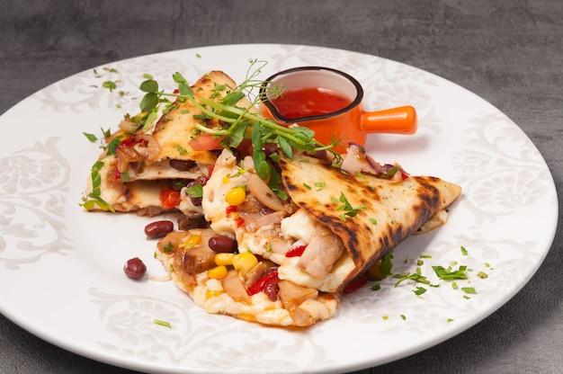 Quesadilla mexicana brilhante e suculenta com molho apimentado