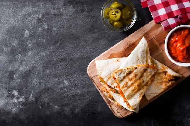 Quesadilla mexicana com frango, queijo e pimentos